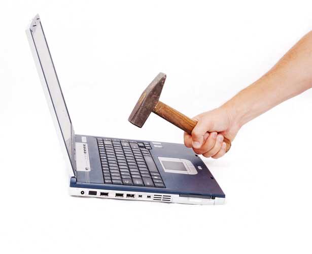 Notebook schiacciato supporto tecnico informatico