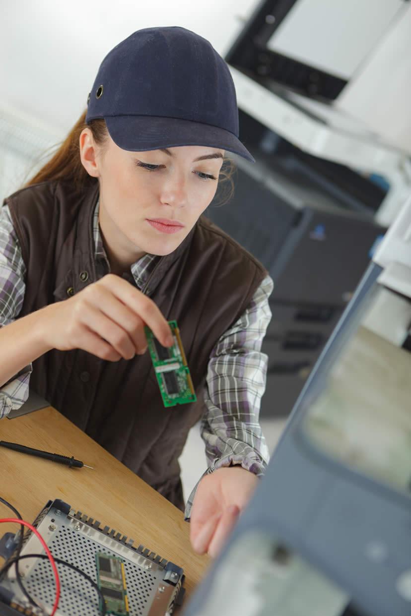 tecnico donna riparazione computer supporto tecnico informatico